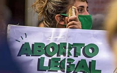 Arremetida antiderechos: denuncian persecución judicial contra una médica por garantizar una ILE